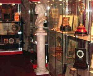 Quelques vitrines du Musée de la magie, avec des bustes, des objets mystérieux… D.R.