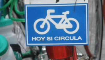 Placa de bicicleta para promover un transporte alternativo