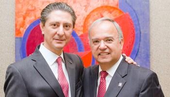Guillermo Martínez (izq.) sustituye a Carlos Plasencia como presidente de ITESO AC.
