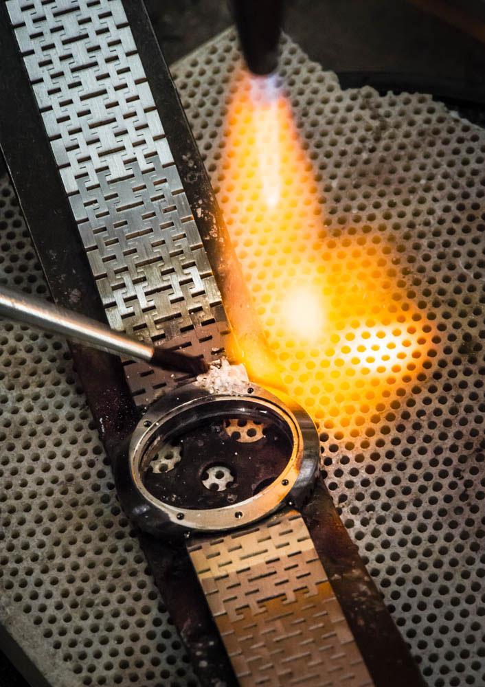Opération de soudage du bracelet et du boîtier avec les paillons.