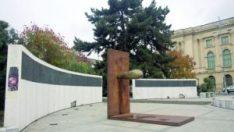 Sculptura din Piața Revoluției nu poate ascunde memorialul distrus