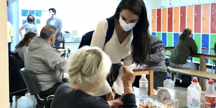 Οι Γιατροί του Κόσμου φροντίζουν για την 90χρονη που της έκαναν έξωση με τον εγγονό της