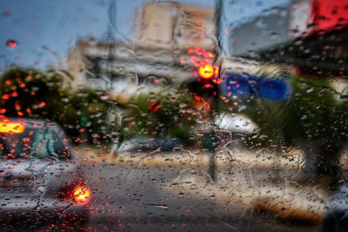 Πολλή βροχή χωρίς ζημιές στο Βόλο