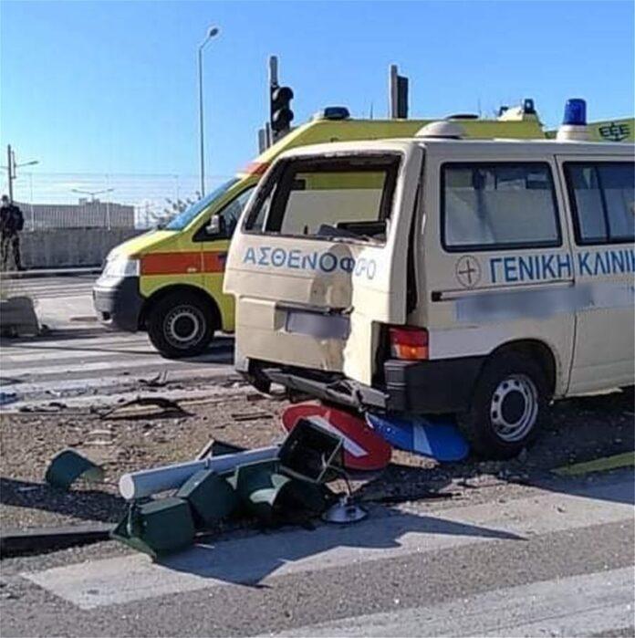 Σφοδρή σύγκρουση ασθενοφόρου με ΙΧ Δύο τραυματίες