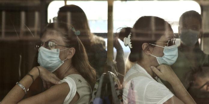 Καθηγητής Σκουτέλης: Επιβεβλημένη η χρήση διπλής μάσκας σε μέσα μεταφοράς