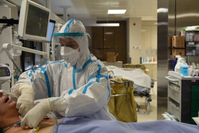 Ηρωική μάχη γιατρών και νοσηλευτών στις ΜΕΘ τις εορταστικές ημέρες