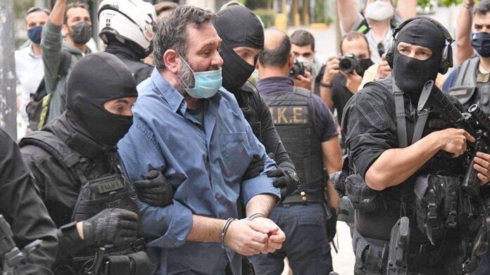 Με χειροπέδες και… σόου στην Ελλάδα ο Λαγός Ήθελε Κορυδαλλό πάει απευθείας Δομοκό
