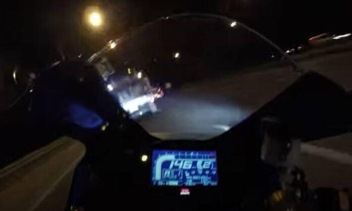 Τρομακτικό βίντεο: Η στιγμή που μοτοσικλέτα «καρφώνεται» σε φορτηγό με 150χλμ