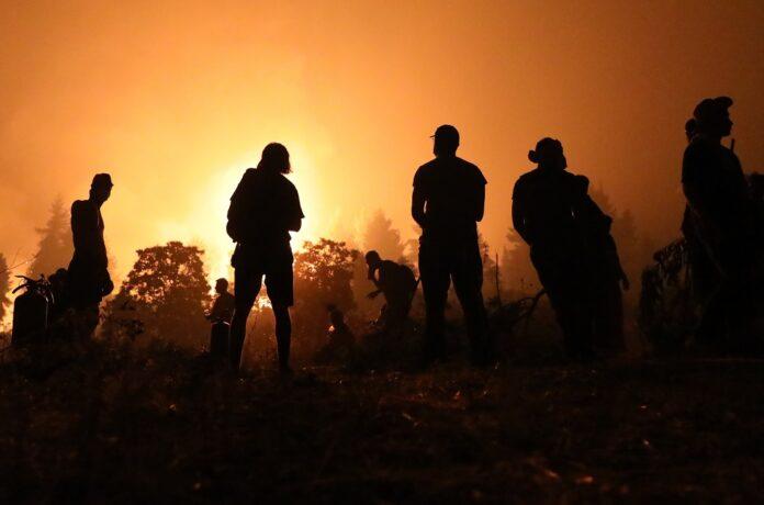 Εύβοια –Υπεράνθρωπες προσπάθειες να μην φτάσει η φωτιά στην Ιστιαία