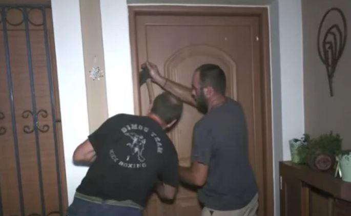 Σπάνε πόρτες για να αναζητήσουν εγκλωβισμένους από την φωτιά στην Εύβοια