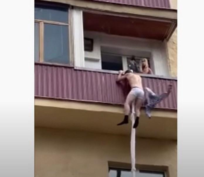 Κατεβαίνει από το μπαλκόνι για να γλιτώσει από τον απατημένο σύζυγο