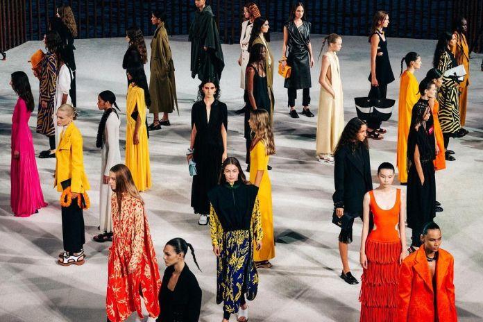 Οι οίκοι Moschino και Proenza Schouler μονοπώλησαν το ενδιαφέρον μας στην New York Fashion Week SS22