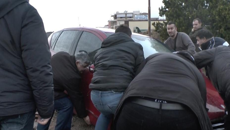 Aπίστευτο: Μεταξύ άλλων και o Γ. Γ. Μιχαλολιάκος βοηθάει σε απεγκλωβισμό οχήματος από τη λάσπη! BINTEO