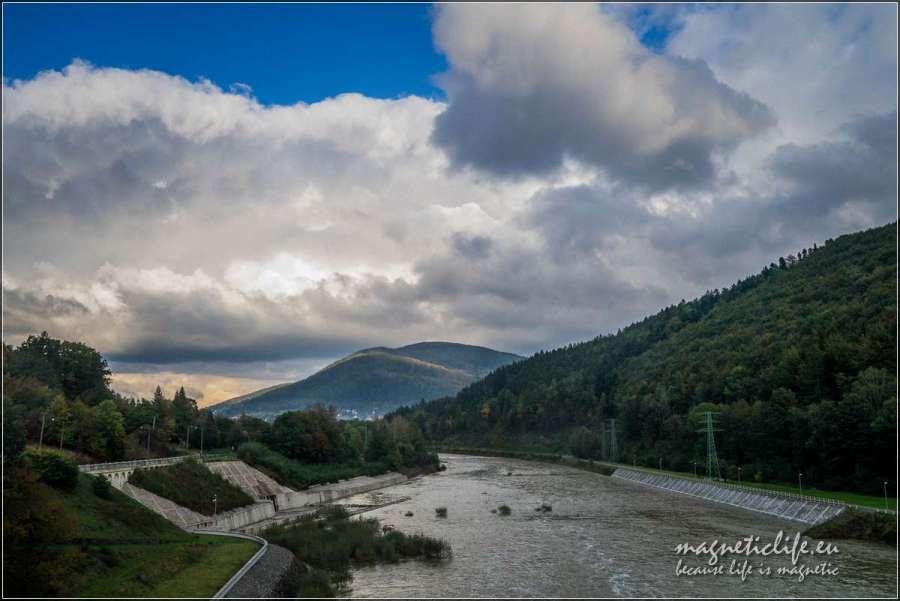 Kaskada rzeki Soły. Góra Żar widziana zzapory wTresnej