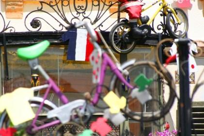 Bunte Vélos hängen an den Häuserfassaden