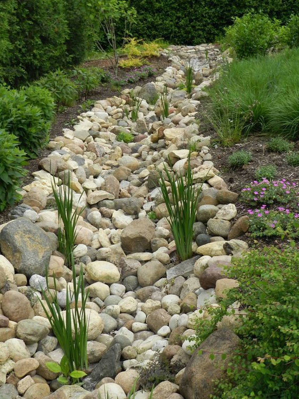 Awesome River Rock Landscaping Ideas 25