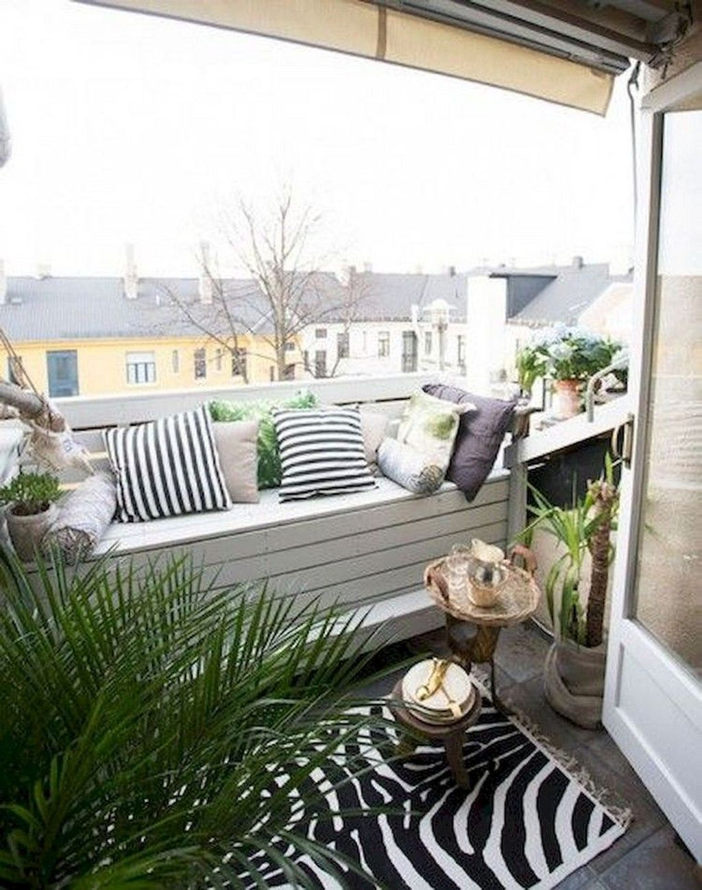 Inspiring Summer Apartment Balcony Decoration Ideas 17