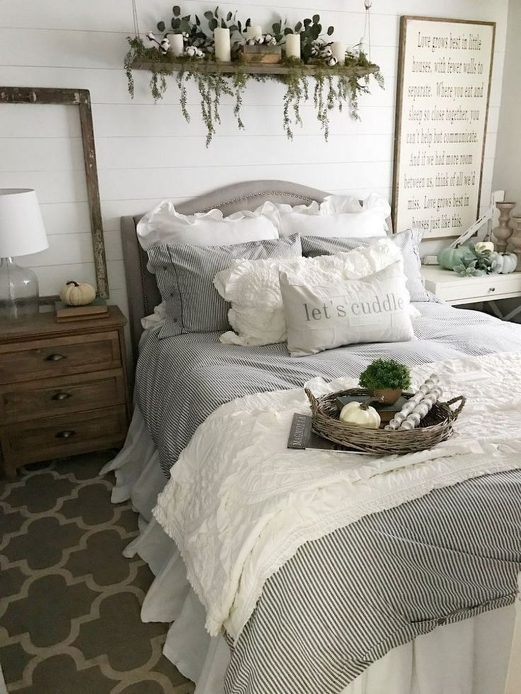 The Best Small Master Bedroom Design Ideas WIth Farmhouse Style 09