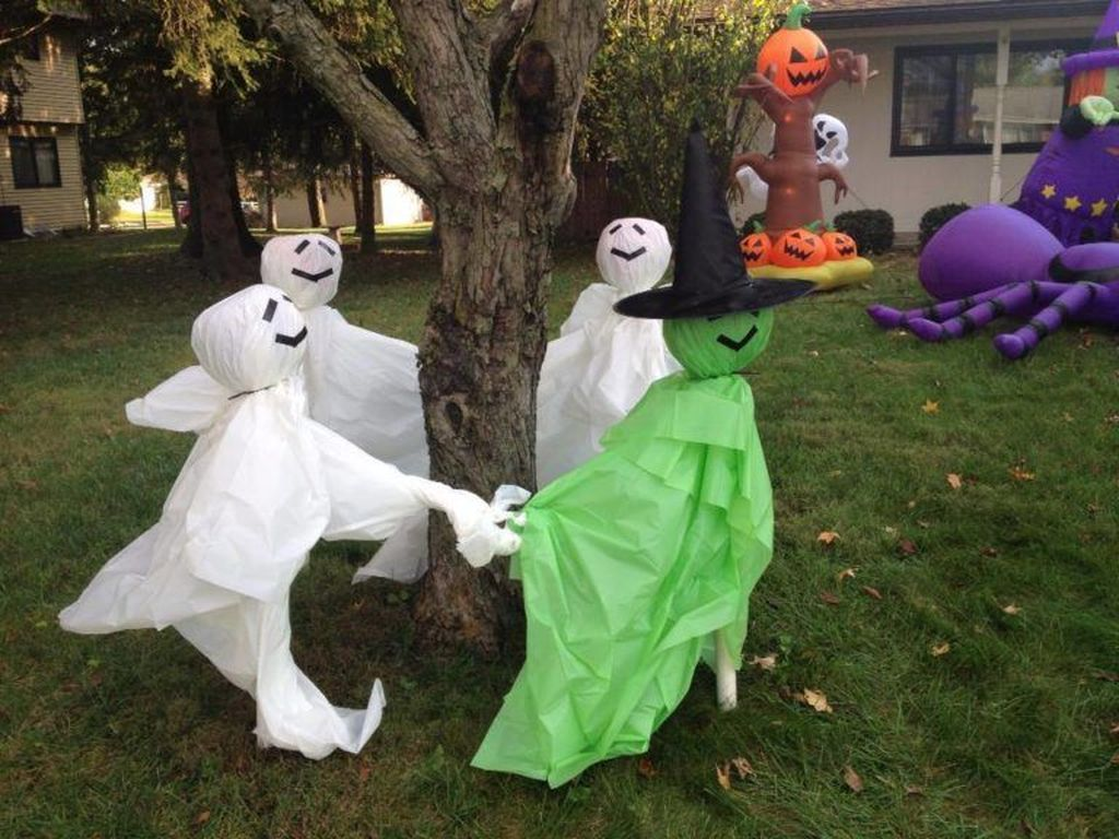 Awesome Halloween Backyard Party Decorations Ideas 14