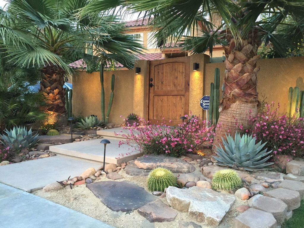 Beautiful Cactus Landscaping Ideas For Your Front Yards Decor 04