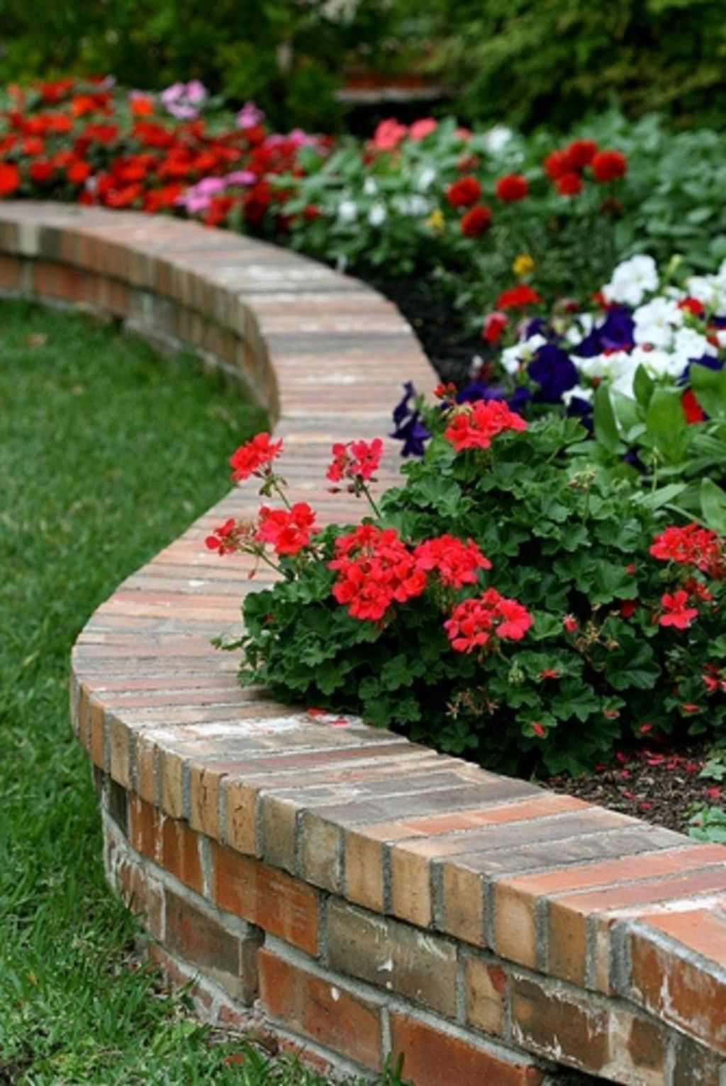 Beautiful Flower Beds Design Ideas In Front Of House 12