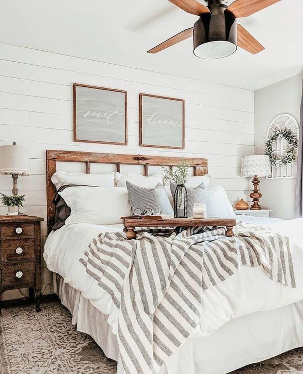 Wonderful Farmhouse Bedroom Decoration Ideas 26
