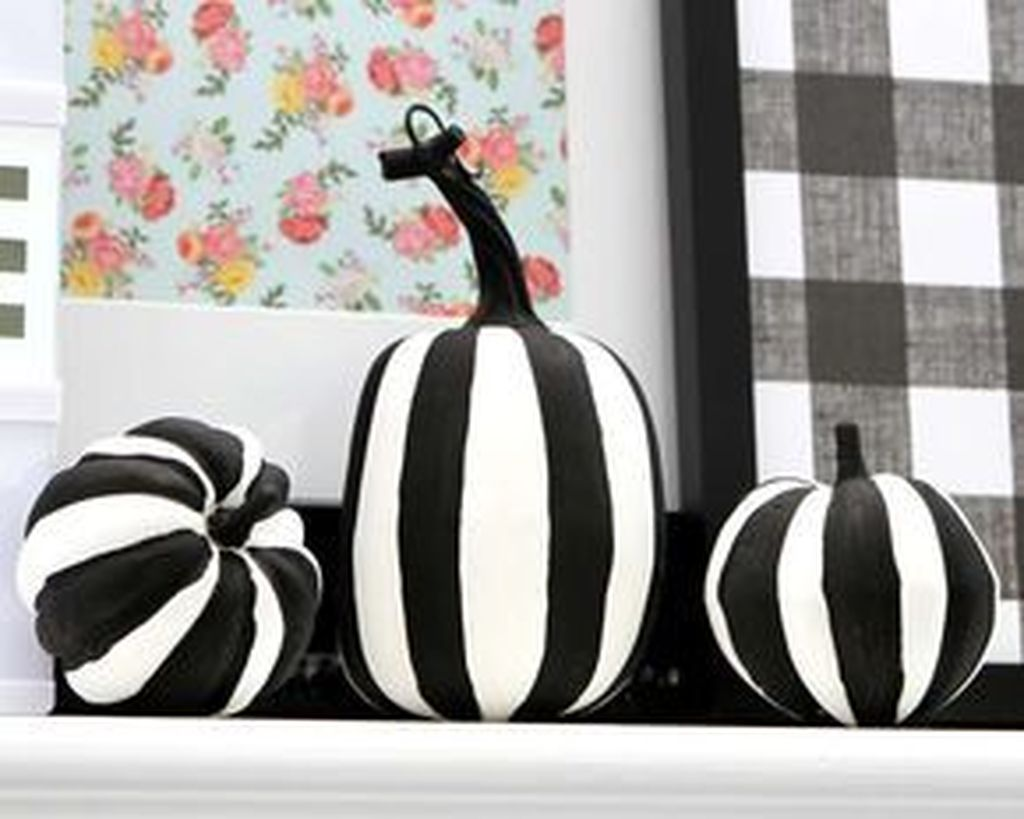 Stunning Black And White Halloween Decor Ideas For Your Home 32