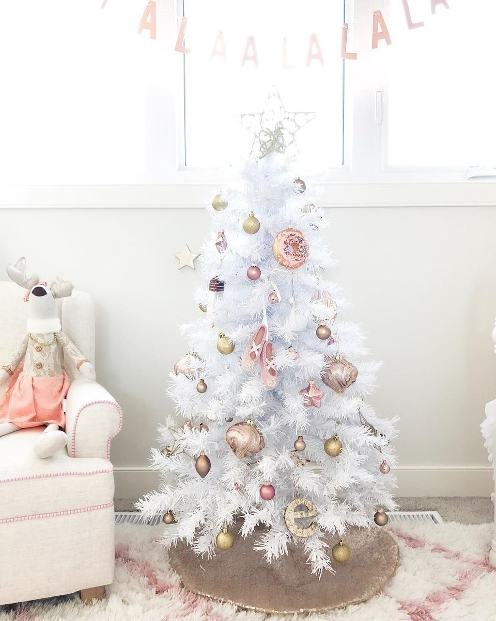 Amazing Winter Christmas Tree Design And Decor Ideas 03