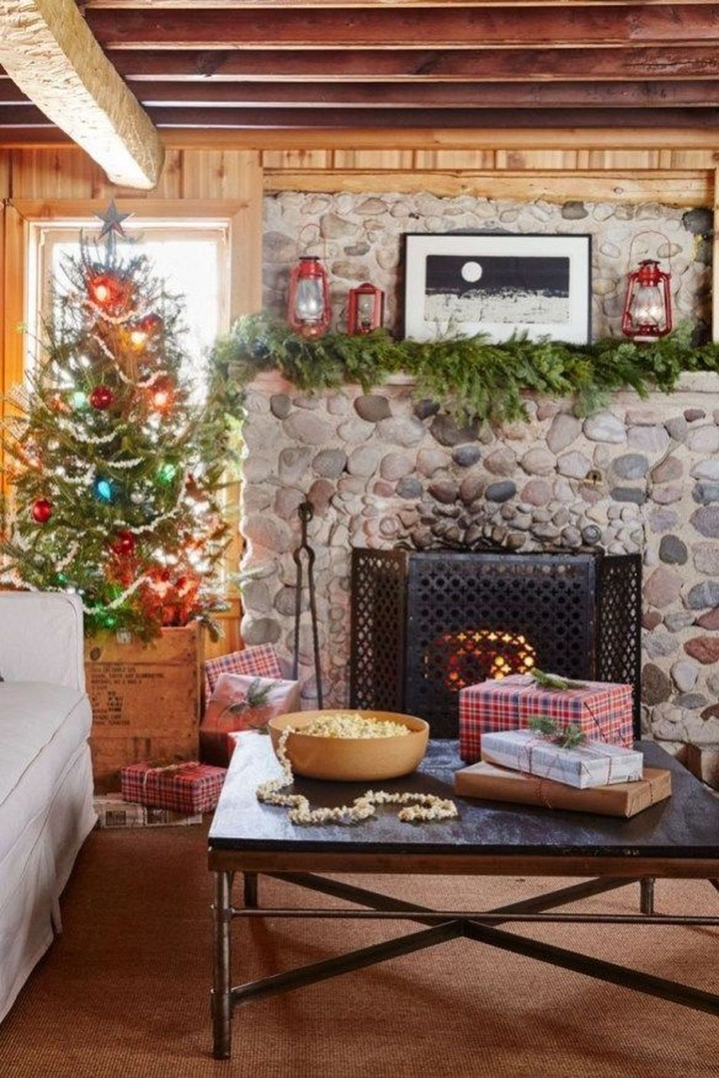 Popular Christmas Fireplace Mantel Decorations That You Like 05