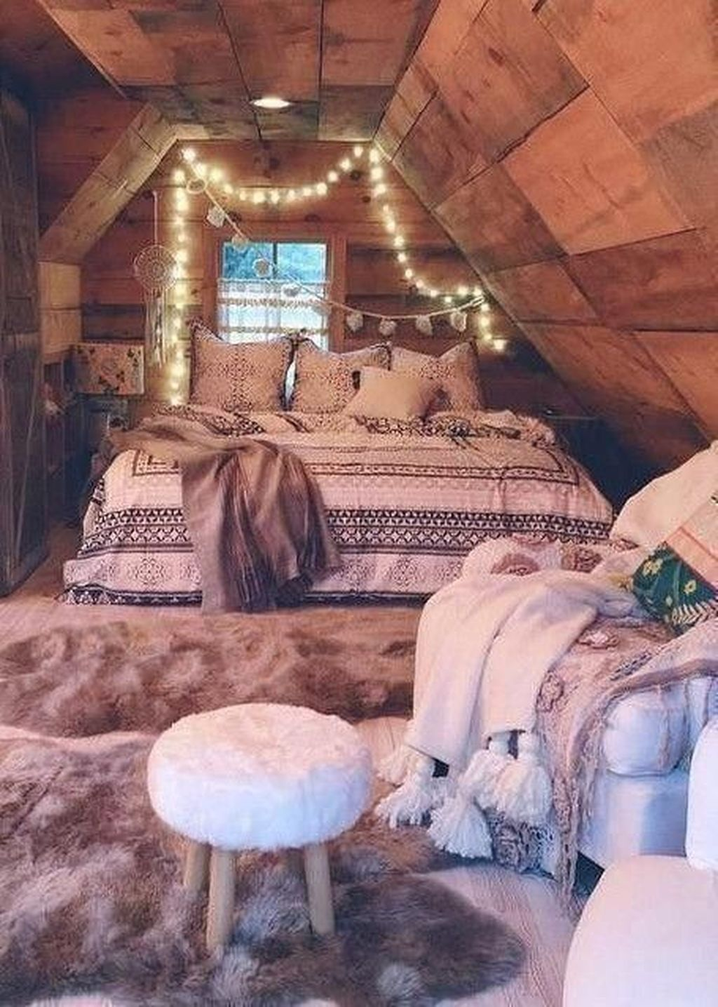 Lovely Attic Bedroom Ideas With Bohemian Style 32