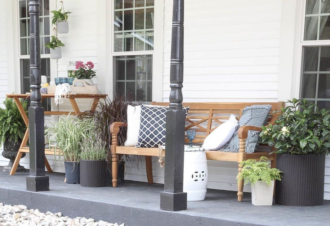 Fascinating Spring Porch Decor Ideas With Farmhouse Style 26