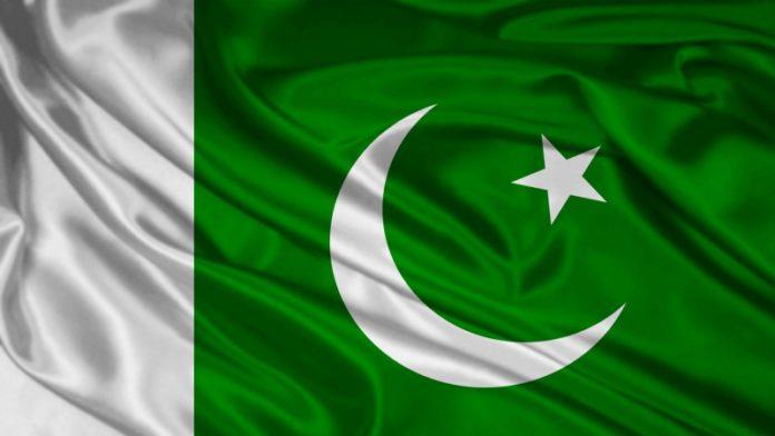 टीव्हीवरील कार्यक्रमात पाकिस्तानी मंत्र्याला थप्पड !