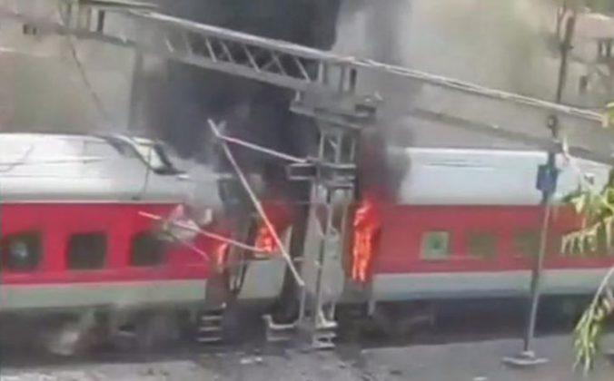 आंध्र प्रदेश एसी एक्स्प्रेसच्या 4 डब्यांना आग