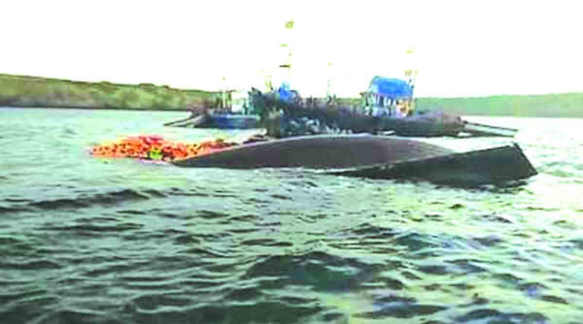 खडकावर आदळून मासेमारी नौकेला जलसमाधी; खलाशी बचावले