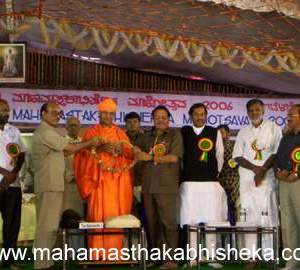 IFWJ President K Vikram Rao and Secretary General Parmanand Pande felicitating HH Jagadguru Karmayogi Swasthishri Charukeerthi Bhattaraka Swamiji on the occasion of the 62nd National Convention of IFWJ at Panchakalyana Mantap in Shravanabelagola on Wednesday. KUWJ Hassan District President Shivananda Tagadur, Housing Minister D T Jayakumar, Shravanabelagola MLA C S Putte Gowda and Karnataka Information Commissioner KVR Tagore look on.