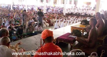 Jain Monk Muni 108 Sri Tarunsagarji Maharaj addressing the gathering in Chavundaraya Mantapa at Shravanabelagola.