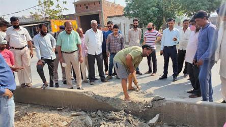 जसपुर : किसानों की समस्या हुई खत्म, डाॅ. सिंघल ने तुड़वाया हाईवे पर बना डिवाइडर
