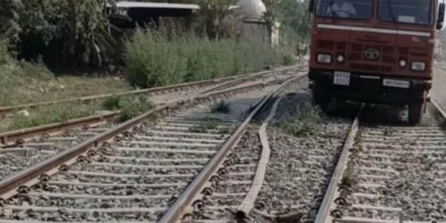 काशीपुर : जब आग बुझाने के लिए रेलवे ट्रैक पर दौड़ पड़ी फायर बिग्रेड की गाड़ी