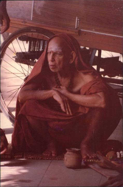 Periyava_sitting_under_rickshaw
