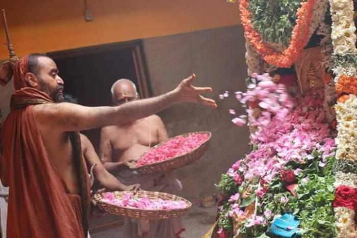 Balaperiyava_flowers_at_adishtanam.jpg
