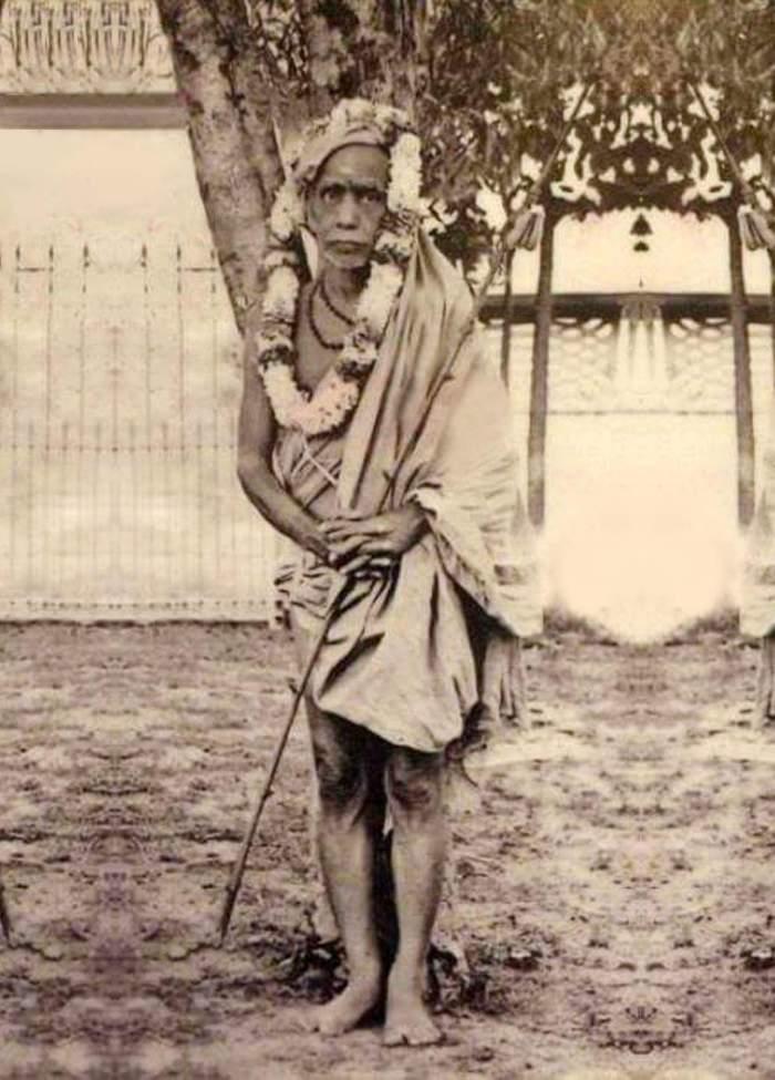 Periyava_standing_under_vilva_tree_ilayathangudi