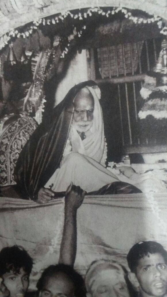 Mahaperiyava-looking-down
