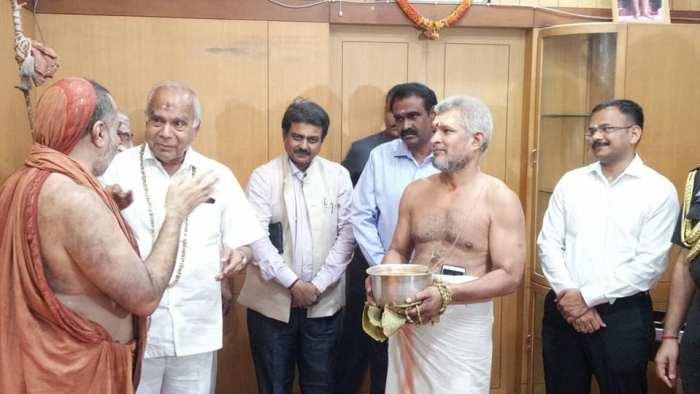 Bala-periyava-with-governor