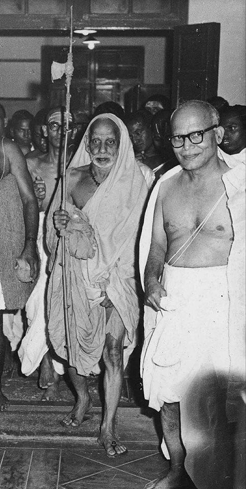 Mahaperiyava-entering-house