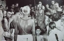 Periyava-standing-in-a-crowd