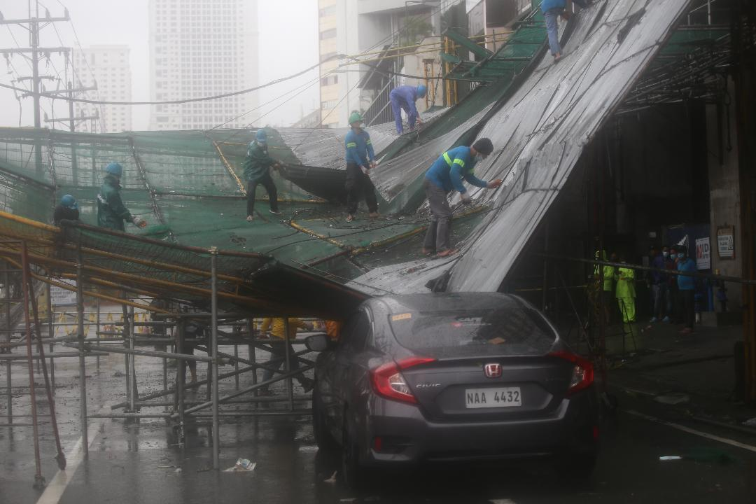 Scaffolding collapses