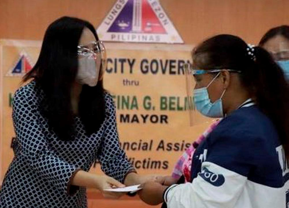 QC gov't distribute financial assistance to fire victims