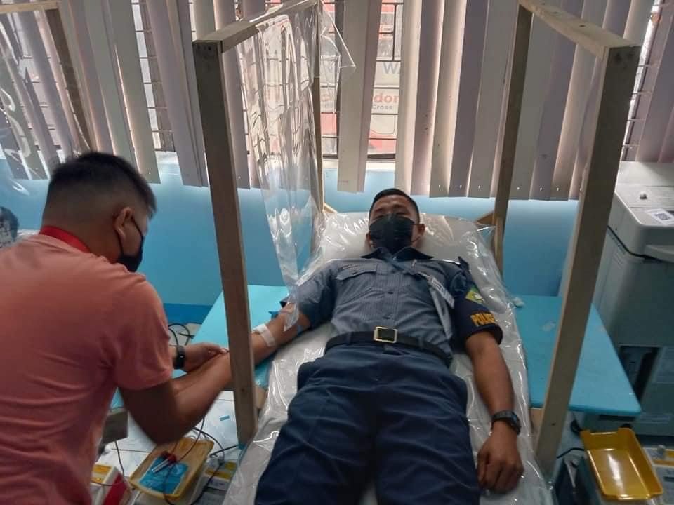 Rookie cop donates blood to a woman who gave birth in Leyte