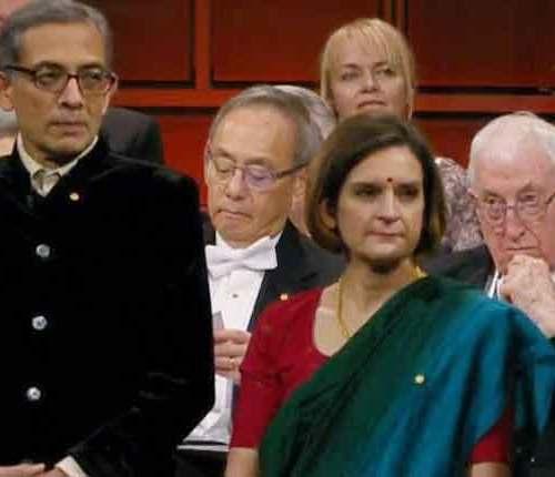 नोबेल पुरस्कार विजेता अभिजीत बनर्जी पुरस्कार लेने भारतीय वेशभूषा में पहुंचे