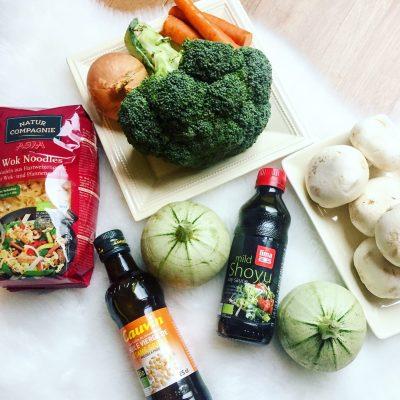 Wok de poulet nouilles asiatiques et légumes croquants - Ingrédients Recette Ma Healthy Tendency